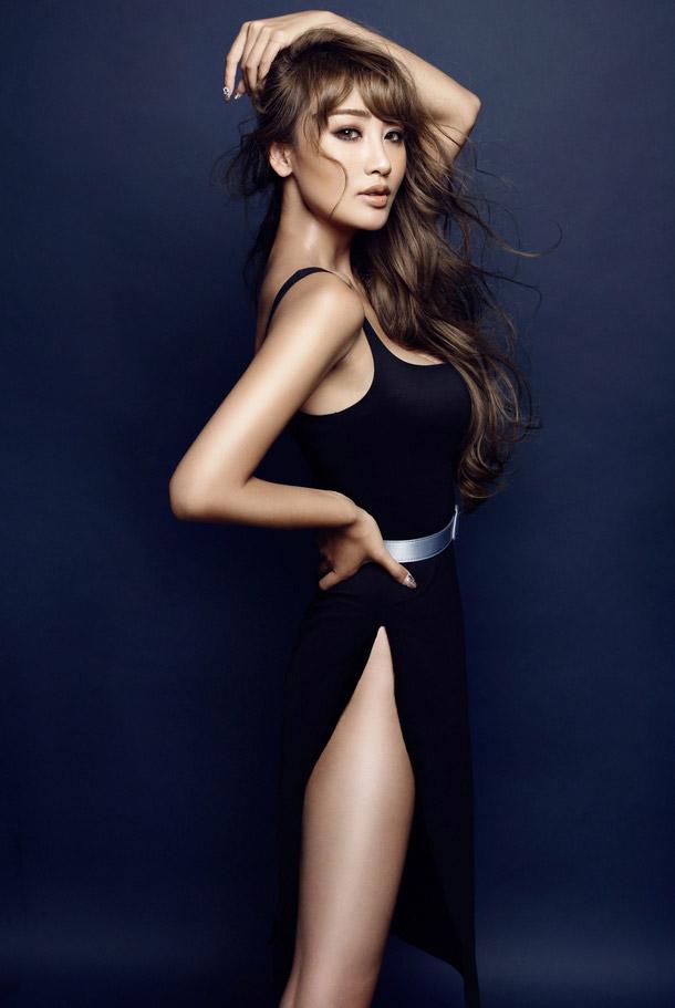 骨感美女黑色长裙秀完美曲线